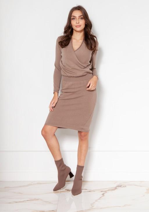 Swetrowa sukienka z kopertowym dekoltem SWE136 mocca