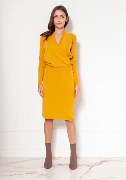 Swetrowa sukienka z kopertowym dekoltem SWE136 musztarda