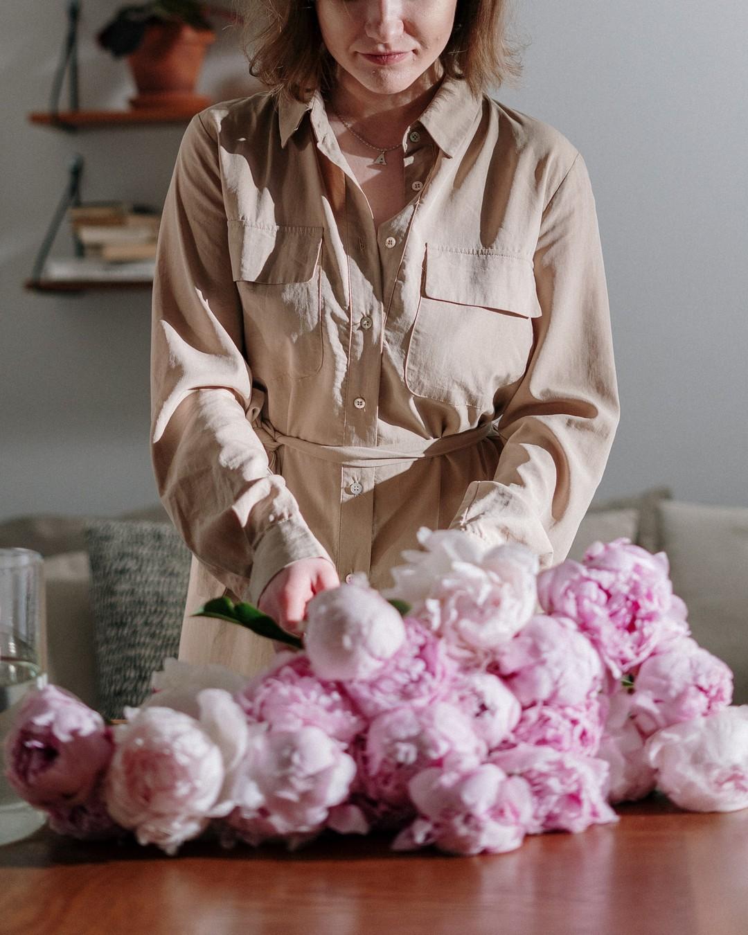 Życie kwiatu jest krótkie, ale radość, którą daje w ciągu minuty, jest jedną z tych rzeczy, które nie mają początku ani końca. Paul Claudel #hellomay #springvibes #springflower #majowka2021 #flowers #flowerpower #feminine #delicate #may #witajmaj #majowo #maj #maj2021 #may2021 #mayflowers #whiteflowers #purebeauty #peonies #peony #flowersofinstagram #piwonie #kwiatycięte