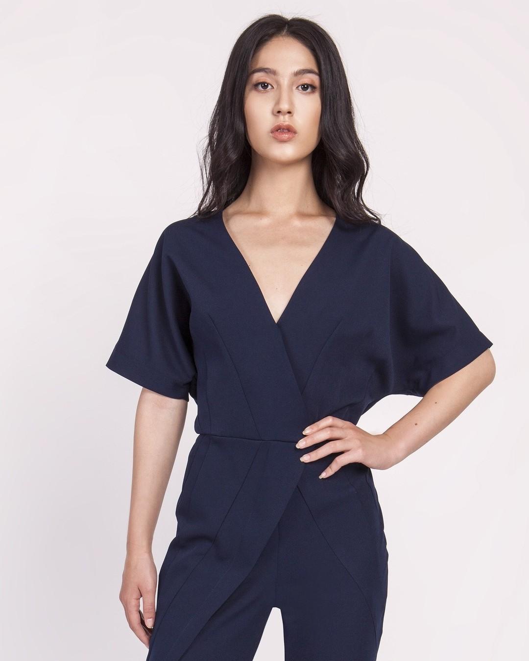 Geometria jest nieodłącznym elegemntem mody. Już na etapie konstrukcji modelu, posługujemy się skomplikowanymi wzorami matematycznymi, żeby zagwarantować wygodę i idealne proporcje. #konstrukcjaodzieży #kombinezon #jumpsuit #navyblue #granat #kolorgranatowy #kombinezondamski #eleganckikombinezon #fashion #ootd #bajumurah #style #blouse #overall #jumpsuits #romper #jumpsuitstyle #onlineshopping #fashionblogger #fashionista #onlineshop #dresses 1806