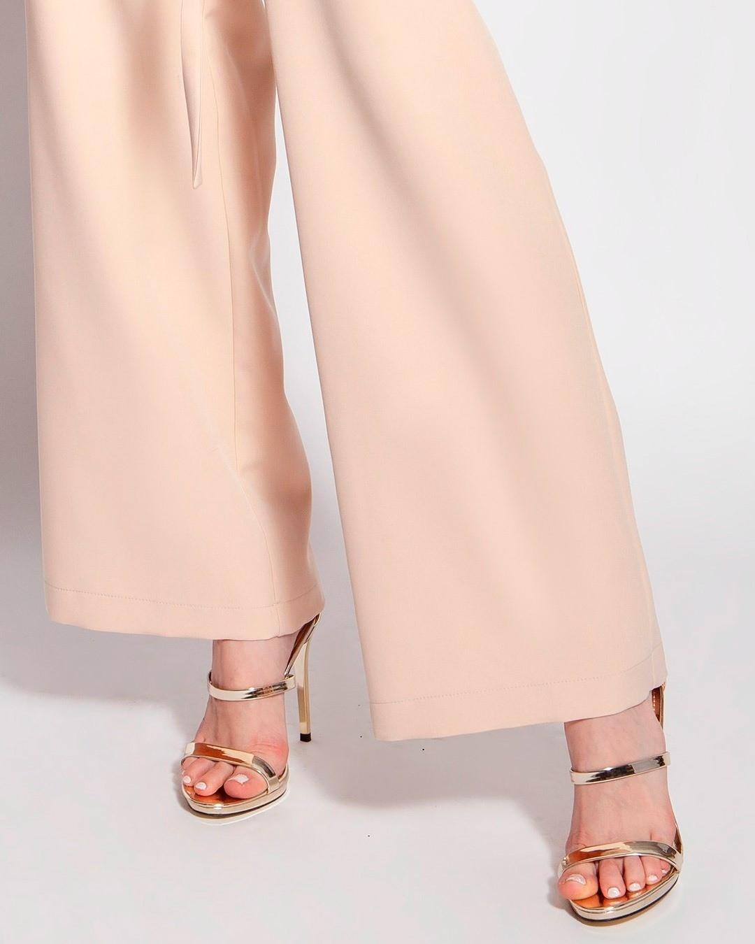 Kiedy mówimy, że rozszerzane nogawki tego kombinezonu wyglądają obędnie, to znaczy, że wyglądają.  #sandałki #złotesandałki #kombinezondamski #kombinezonnawesele #eleganckastylizacja #wcosieubracnaprzyjęcie #stylowakobieta #ubierajsieklasycznie