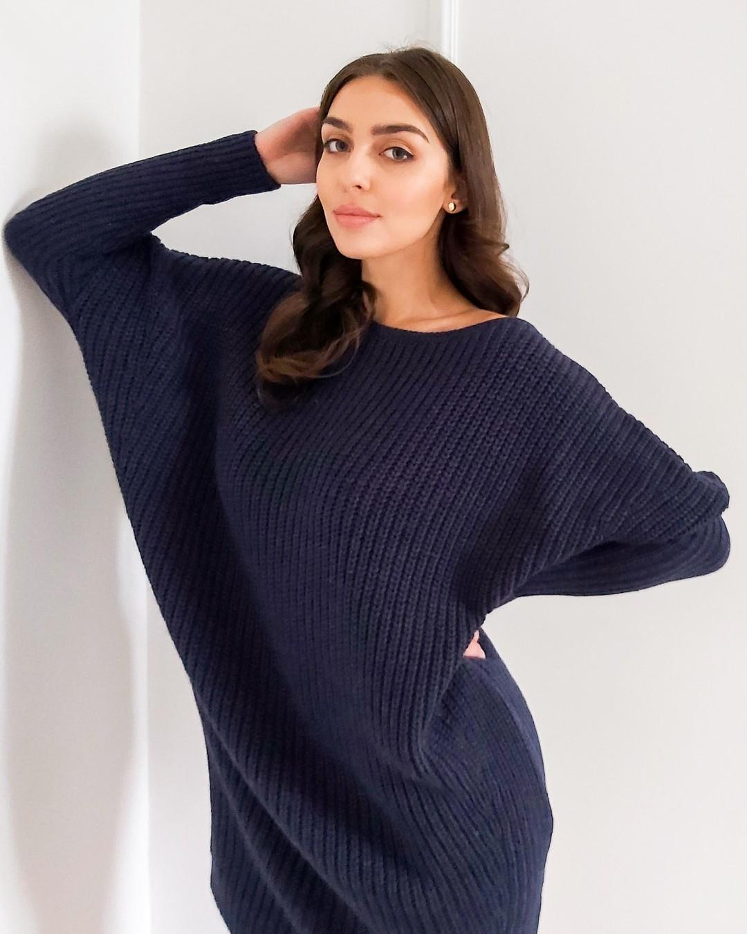 Obszerny fason zwężany ku dołowi, długość do połowy uda, opuszczony rękaw ze zwężeniem od łokcia, dekolt w łódkę, pierwsza jakość, bardzo staranne wykończenie, wyprodukowana w dziewiarni pod Częstochową z przędzy pochodzącej z UE. #tunika #sweter #swetrowatunika #swetrowasukienka #pomysłnastylizacje #1947