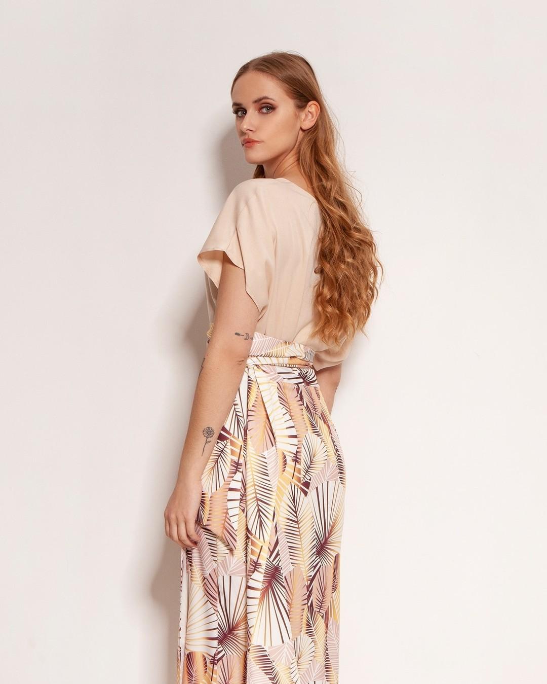 Owijasz się nią i, jak za dotknięciem czarodziejskiej różdżki, jesteś gotowa na wielkie wyjście! Uszyta z wysokiej jakości materiału, wykończona z dbałością o detale, zachwyca prostotą i urokiem. #spodnica #spódnica #moda #polishgirl #wiosna #stylizacja #butik #fashion #simplycomfort #ubrania #polskadziewczyna #styl #bluzka #ootd #clothes #kobieta #odzież #elegancja #skirt #zakupyonline #style #outfit #spodniczka #polishwoman #new #nowosci #idziewiosna #lanti #elegantstyle ##pięknawygoda