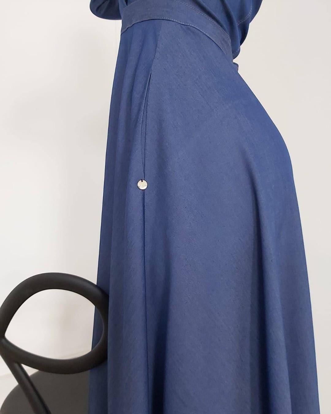 Jeśli, tak jak my, kochasz kieszenie, to pokochasz tę jeansową maxi o koszulowym fasonie. #sukienka #jeans #dżins #jeansowasukienka #jeansowamaxi #maxidress #pockets #detail #pocketdress #sukienkazkieszeniami #ubraniazkieszeniami  1995