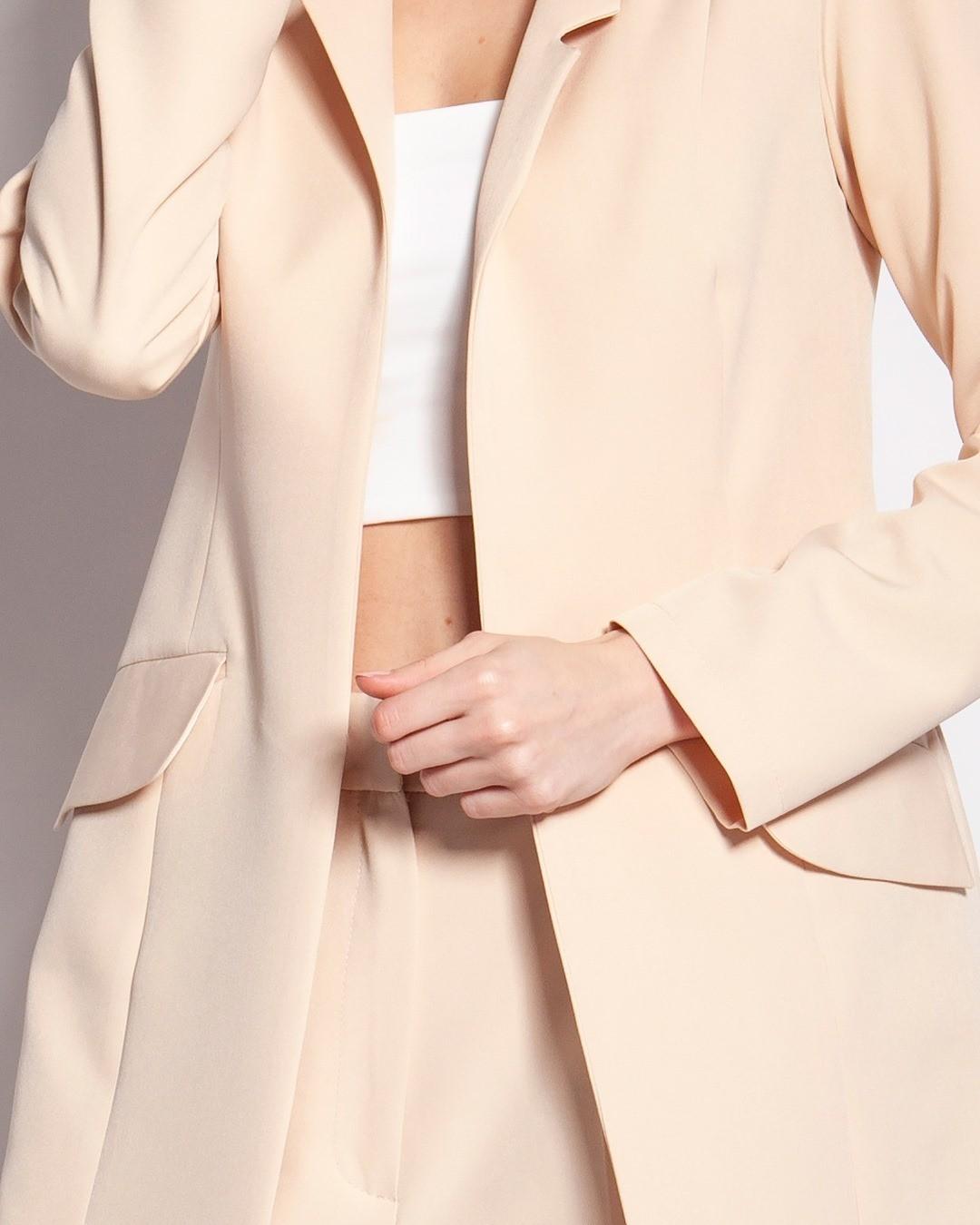 .. jest taki pomysł, zeby ożywić trochę atmosferę przy poniedziałku i klasyczny żakiet połączyć z odsłaniającym brzuch topem. To się może udać 🙃 #jacket #beigeaesthetic #beigeclothes #beigejacket #żakiet #marynarkadamska #officestyle #wearinterestingclothes #uszytewpolsce #polskamoda