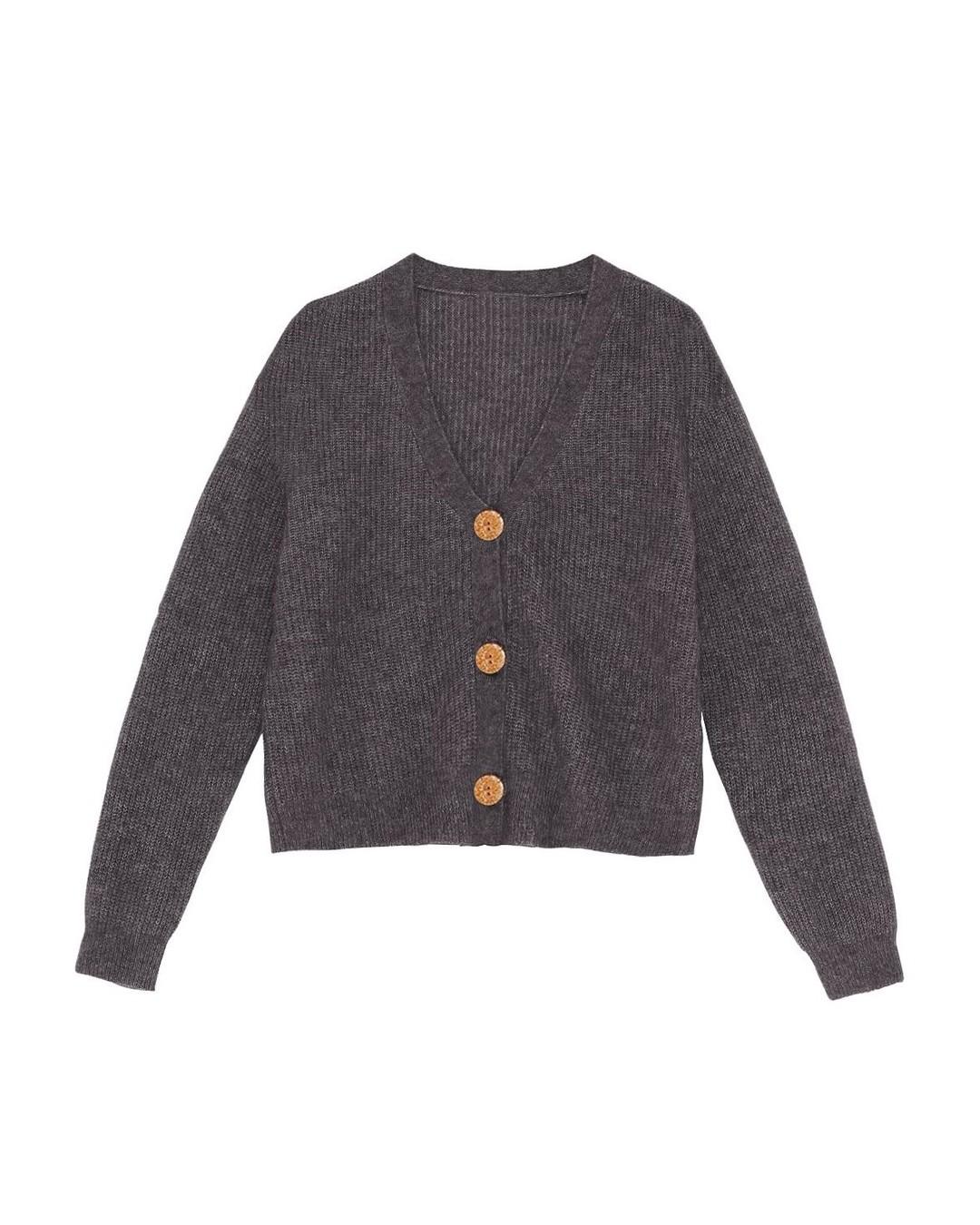 Taki szary zwyklak, a jednak z potencjałem! To jasne, że świetnie sprawdza się jako ciepła warstwa pod kurtką lub płaszczem, ale spójrz na niego również jako na ciekawe dopełnienie zimowych stylizacji z sukienkami, spódnicami i spodniami z twojej szafy. Jest tak uniwersalny, że można do nosić codziennie. I codziennie wyglądać zupełnie inaczej. #sweter #swetry #sweater #polskieswetry #autumnstyle #swetrymadeinpoland #sweterwwarkocze #sweternajesień #sweternazimę #sweterdobiura #sweterdopracy #sweternarandke #sweterek #sweaterweather #autumnstyles #szarysweter #greysweater #grafitowysweter #grafit #1927