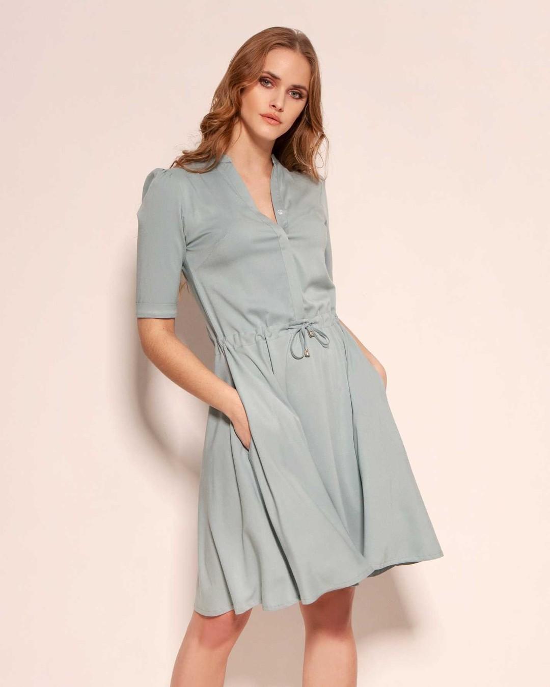 Nasz niekwestionowany bestseller teraz w wersji wiosenno-letniej. Sukienka z rozkloszowanym dołem, krytymi guzikami i delikatną stójką, uszyta z miękkiej wiskozy o bardzo subtelnym, satynowym wykończeniu. Niewielki dodatek elastycznego włókna sprawia, że doskonale leży i nie krępuje ruchów. #sukienka #sukienkazwiskozy #letniasukienka #bluedress #lightdress #polishgirl #beautifulgirl #lato #air #dress #fashion #summerdress #polskadziewczyna #sukienkanacodzień #polska #selfie #moda #lovedance #style #instagood #photooftheday #letsdance #dancinglovers #sukienki #stylizacja #polishwoman #dancepose #breathe #butik #beautifuldancer