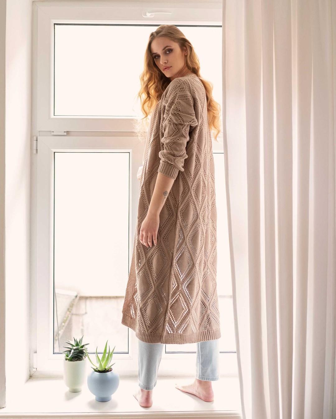 Długi swetrowy płaszcz w ażurowe wzory. Lekki, wykonany z wysokiej jakości, bawełnianej przędzy. Doskonały do wiosennych i letnich stylizacji, którym dodaje głębi i wyrazistości. #sweter #ażury #azury #sweterbawełniany #bawełna #cotton #cottonsweater #summer #wiosna #wiosennysweter #sweternawiosne #płaszcz #długisweter #dlugisweter #sweterdokolan #longsweater #beigesweater #polskiedziewczyny #polskiprodukt #wyprodukowanowpolsce #madewithlove #polishgirl #model #tatoogirl #longhair #blonde #bluejeans #lato #summerfashion #azury