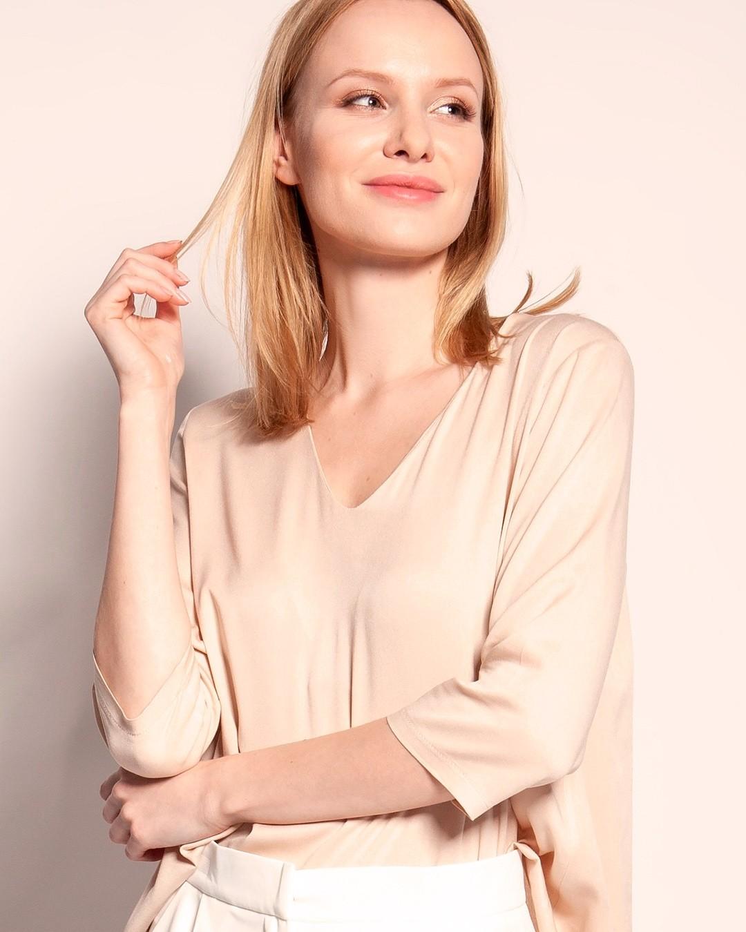 Lekka wiskoza w wydaniu oversize to pewny sposób na upały. Twoje ciało Ci podziękuje. #viscose #wiskoza #top #bluzka #bluzkanalato #lekkitop #lato2021 #naupały #bluzkazwiskozy #lekkość #oddech #wserek #trendylook #fashionoutfit #beige #aesthetic #blonde #blondehair #blondynka #lato #polskamarka #polskieubrania #jakość #qualityfashion #lightandairy 1890