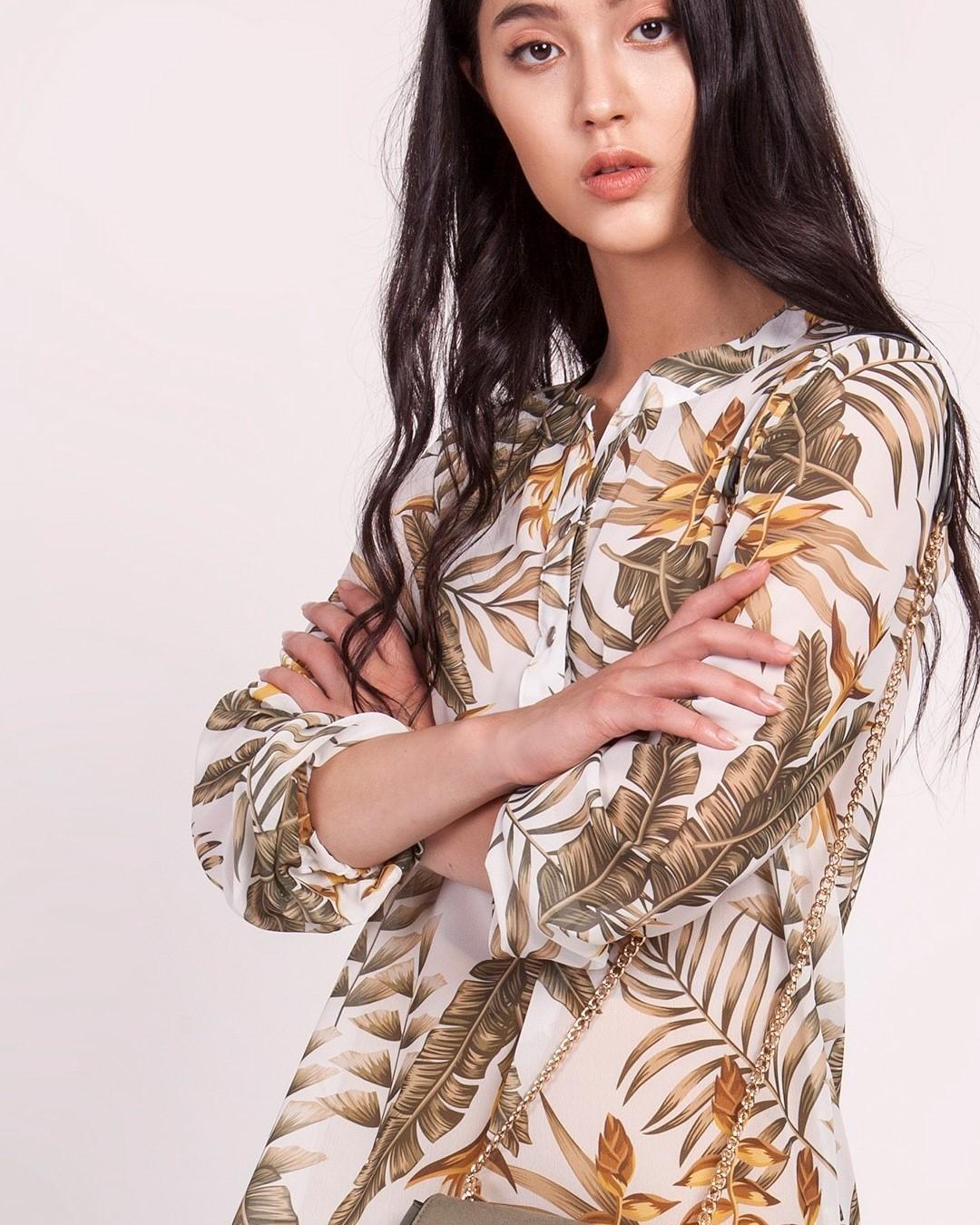 Kiedy fason jest prosty, warto zaszaleć z deseniem. #blouse #bluzka #szyfon #szyfnowabluzka #fashionstyle #lekkabluzka #wzory #tropicalvibes #tropicalplants