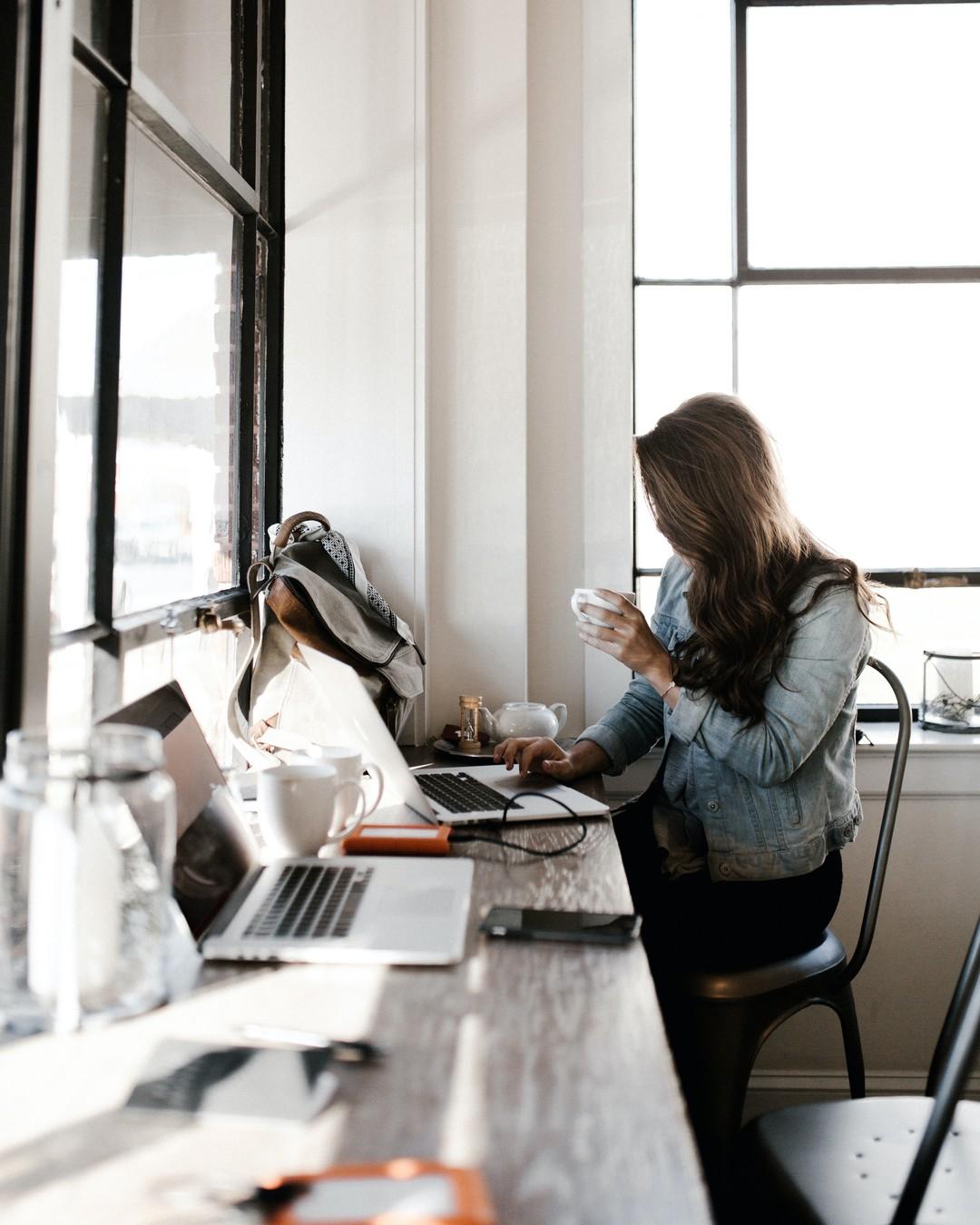 Dziś Dzień Sprzątania Biurka. Świętujecie? 😅 Jak powiedział Einstein, jeśli zagracone biurko jest oznaką zagraconego umysłu, to oznaką czego jest puste? Ideałem będzie tu chyba kompromis. Miłego dnia! #dziensprzataniabiurka #minimalsetups #deskgoals #designyourworkspace #deskdecor #desksituation #workspacegoals #homeoffice #desktops #deskinspo #workhardanywhere #officeinterior #workspacedesign #officevibes #creativeworkspace #deskorganizer #desksetup #interiordesign #workstation #workspace #girlboss #technology #office #officeinspo #productivespaces #domowebiuro #mojebiurko