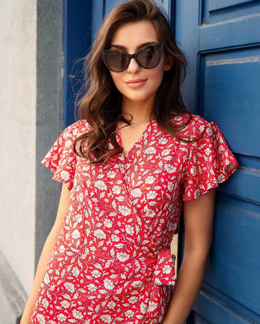 Czy tylko nam ta sukienka przywodzi na myśl wakacje w Saint-Tropez? Ta piękność, dzięki wiązaniu w talii, dopasuje się idealnie do każdej sylwetki, podkreślając jej największe atuty. Duży zakład materiału gwarantuje, że pozostanie twoją tajemnicą, co masz pod spodem. Świetnie skrojona góra i rękawki idealnej długości. W zależności od dodatków, możesz ją założyć na letnie przyjęcie lub spacer po plaży. #sukienka #sukienki #sukienkawkwiaty #sukienkakopertowa #sukienkanalato #sukienkanawesele #sukienkawkwiatki #sukienkawłączkę #summerdress #sukienazwiązaniem #sukienawiązana #nowości #lato2021 #letniesukienki #fashionblogger #nosimysukienki #wsukience #latowsukience #wakacje #sukienanalato #kochamysukienki #kobieco #bluedoor #reddress #brownhair #flowerdress #brunetka #modanalato #trendy2021 #sukienka2021