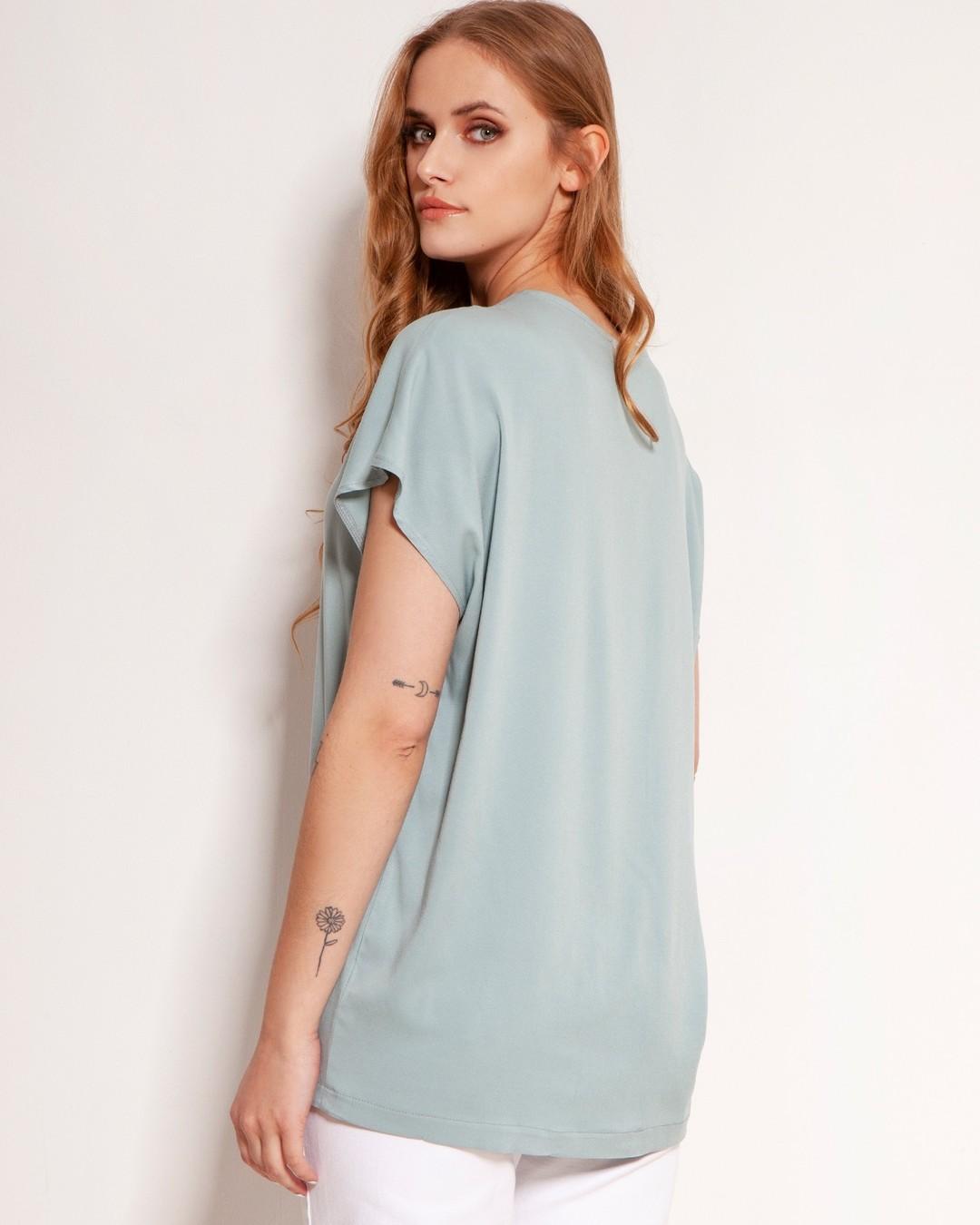Luźny t-shirt z kimonowym rękawem i twarzowym dekoltem w serek. To uosobienie tiszerta idealnego - każda sylwetka wygląda w nim obłędnie. Uszyty w Polsce, z wysokiej jakości, przewiewnej wiskozy. Oversize'owy fason idealnie sprawdza się wpuszczony w spodnie i spódnice. #tiszert #bluzka #wiskoza #moda #madeinpoland #polishgirl #kobieta #fashion #poland #stylizacja #instafashion #model #style #polskakobieta #styl #zakupy #dzienwparku #polskadziewczyna #instalike #bestseller #shop #quality #blouse #polishfashion #ootd #outfitoftheday #instashop #jakość #instalove #casualstyle 2071