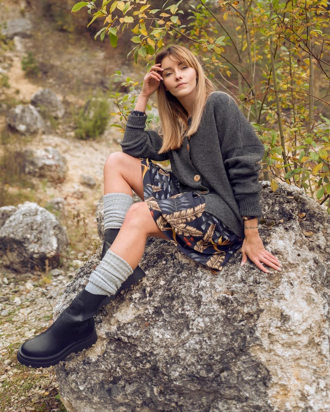 Lubimy kontrasty. Taka zresztą jest kobieca natura. Delikatność sukienki chętnie łączymy z otulającym ciepłem mięsistego swetra. Taka też, pełna kontrastów, jest jesień. #jesień #jesiennestylizacje #kardigan #sweter #sukienkanajesień #granaowasukienka #autumnfashion #inthewoods #polishautumn #iloveautumn #autumnscenery #1769