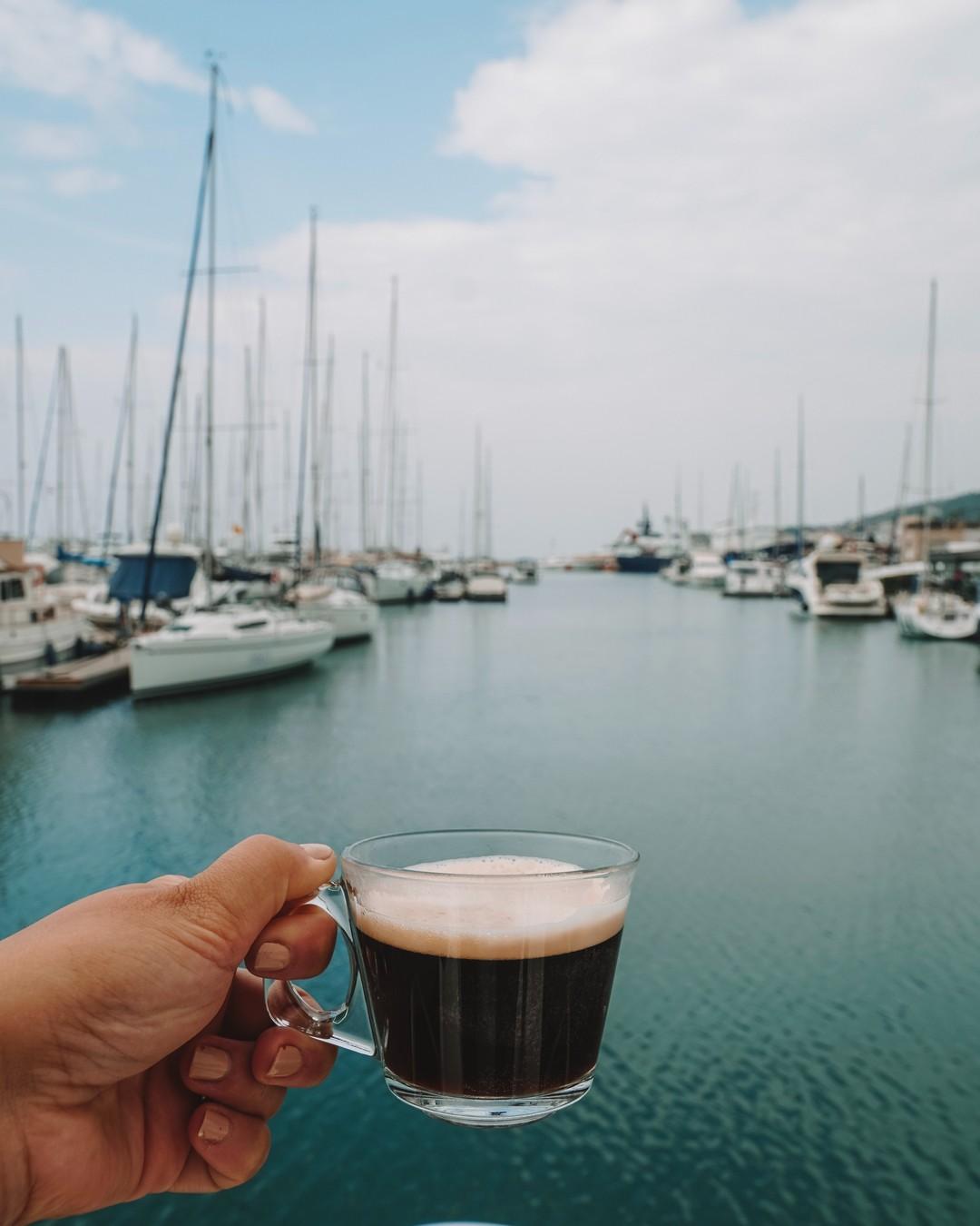 Kawa i morska woda. Te dwie ciecze mają na nas szczególnie kojący wpływ. #weekend #żagle #kawa #poland #coffee #polishgirl #coffeetime #sailing #instagood #polska #coffeelover #photooftheday #cafe #travel #trip #happy #boat #espresso #photography #żeglarstwo #happymoment #morningcoffee #happinessisachoice #saltywater #seaview #morningatthebeach #wearesailing #kawa #porannakawa #dziendobry