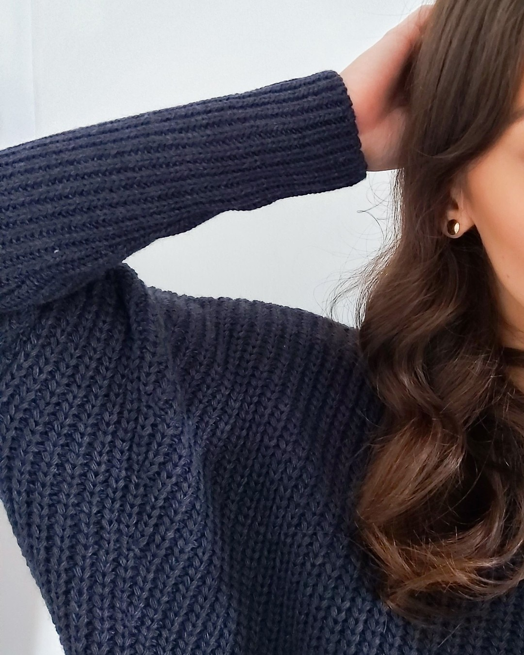 Ta swetrowa tunika ma w sobie masę luzu i jeszcze więcej stylu. Jest jak kokon, w którym możesz się schować przed zimnem. Noś ją wiele razy i na wiele sposobów - z ciemnymi, kryjącymi rajstopami, z legginsami z eko-skóry, z kowbojkami i balerinami. Cała jest w pionowe, ściągaczowe wzory, więc dodaje sylwetce lekkości. Dodatek wełny w składzie idealnie sprawdza się jesienią i zimą. #sukienka #sukienki #sukienkaswetrowa #swetrowasukienka #dzianinowasukienka #sweaterdress #sweter #swetry #tunika #tuniki #sweternajesień #sukienkanajesień #autumnstyle #autumnvibe #autumnvibes #fallvibes #fallfashion #fallfashiontrends #navyblue #1947