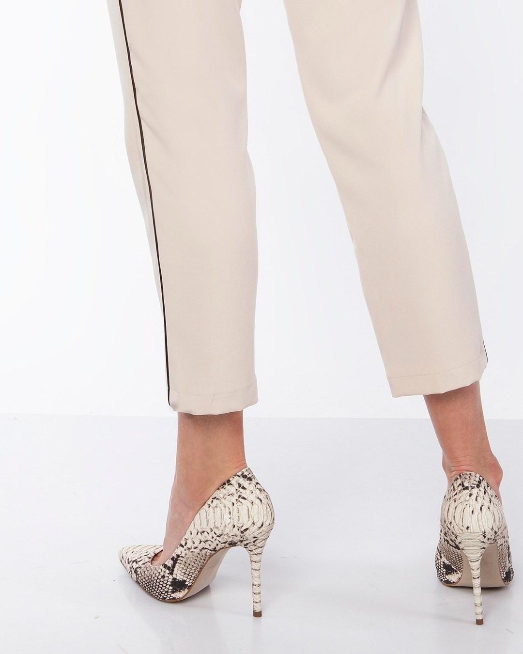 Niezmiennie modne, a co ważniejsze - niezmiennie wysmuklające nogi lampasy. Tu w wersji minimalistycznej, ale efekt jest jak najbardziej MAX. #spodnie #spodniezlampasem #lampasy #cygaretki #spodniedamskie #spodniedobiura #spodniedopracy #spodnienalato