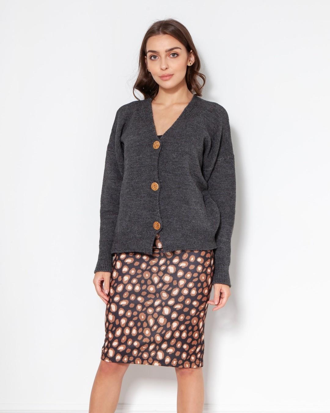 Prosta, minimalistyczna góra + odważny dół? Dlaczego nie! Nasze ubrania mają tę magiczną właściwość, że możesz je ze sobą łączyć na nieskończenie wiele sposobów i nadal wyglądać świetnie. Nigdy więcej sytuacji, gdy kupujesz nową rzecz i potem jej nie nosisz, bo nie pasuje do reszty twojej garderoby. #spódnica #spodnica #spódnicaołówkowa #spódnicawpanterkę #leopardskirt #leopardprint #sweter #swetry #sweater #polskieswetry #autumnstyle #swetrymadeinpoland #sweterwwarkocze #sweternajesień #sweternazimę #sweterdobiura #sweterdopracy #sweternarandke #sweterek #sweaterweather #autumnstyles #1927 #1986