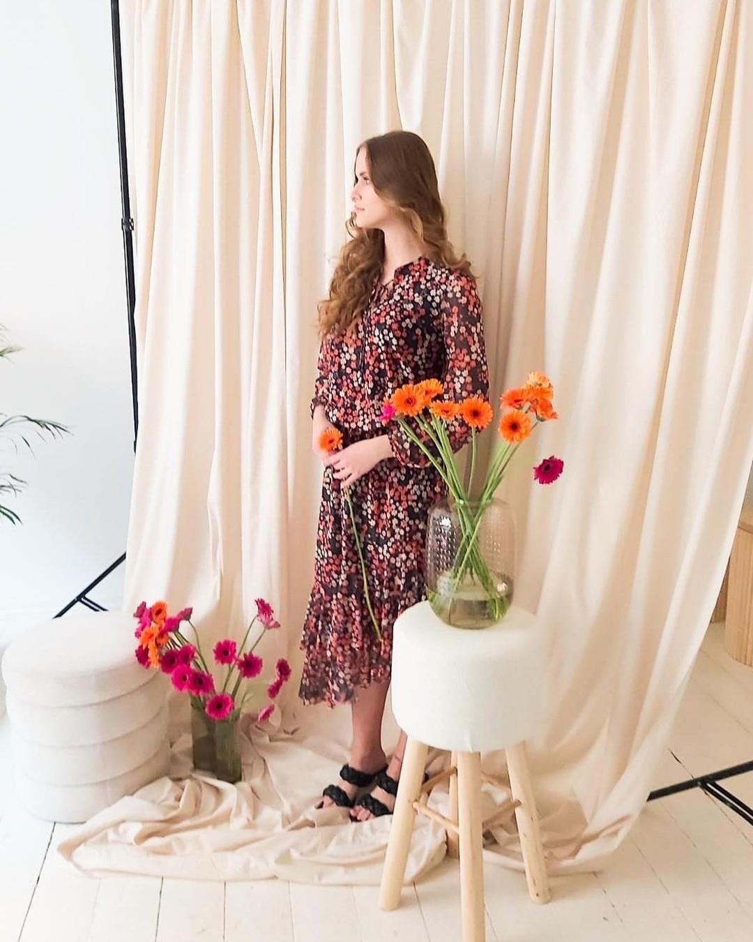 Wypatrując weekendu... #backstage #wiosna #wiosennestylizacje #wiosennakolekcja #sukienka #photosession #photoshoot #model #flowers #studio #photostudio #spring #springcollection #springmood #flowerdress #meshdress  @slaskakamienicastudio