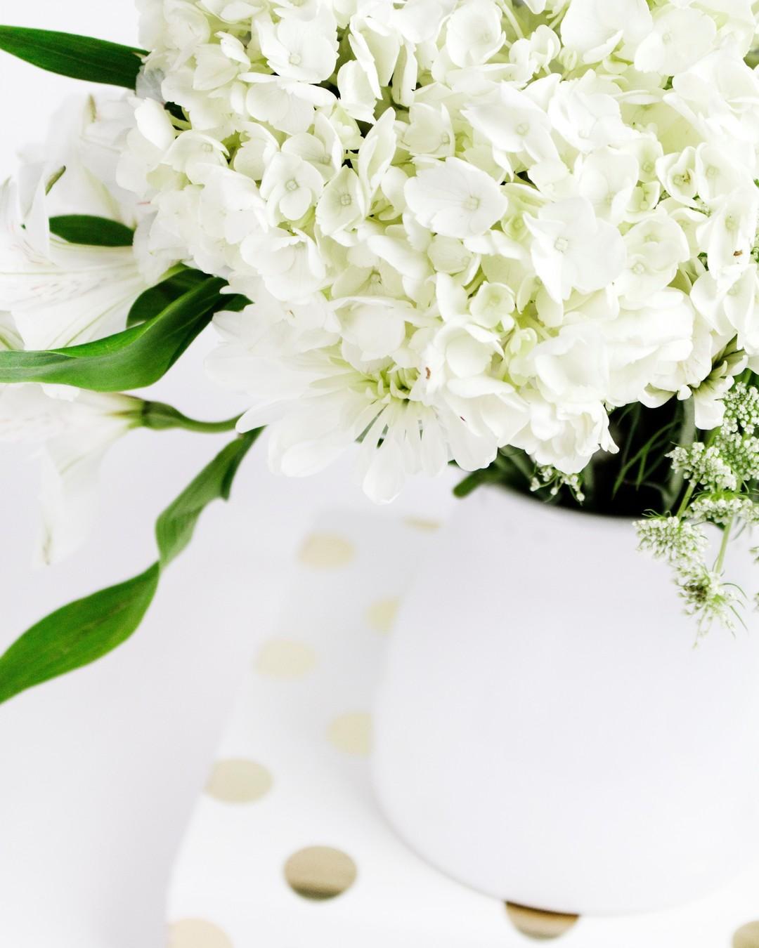 """""""Każdy kwiat kwitnie we własnym czasie."""" – Ken Petti #cytaty #cytat #cytatyożyciu #kwiaty #flowers #whiteflowers #hellomay #białekwiaty #springflowers #flowerdecoration #whitephoto #bright #brightcolors #whiteandgreen #ilovespring #springvibes #flowerstagram #mądrość #wiosna #wiosna2021 #springmood"""